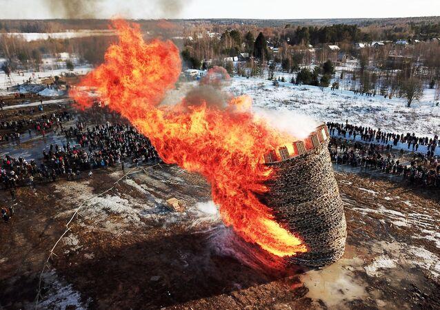 Une «Bastille» embrasée par les flammes en Russie pour dire adieu à l'hiver