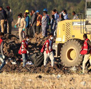 Opérations de recherches sur le lieu du crash de l'avion de la compagnie Ethiopian Airlines.