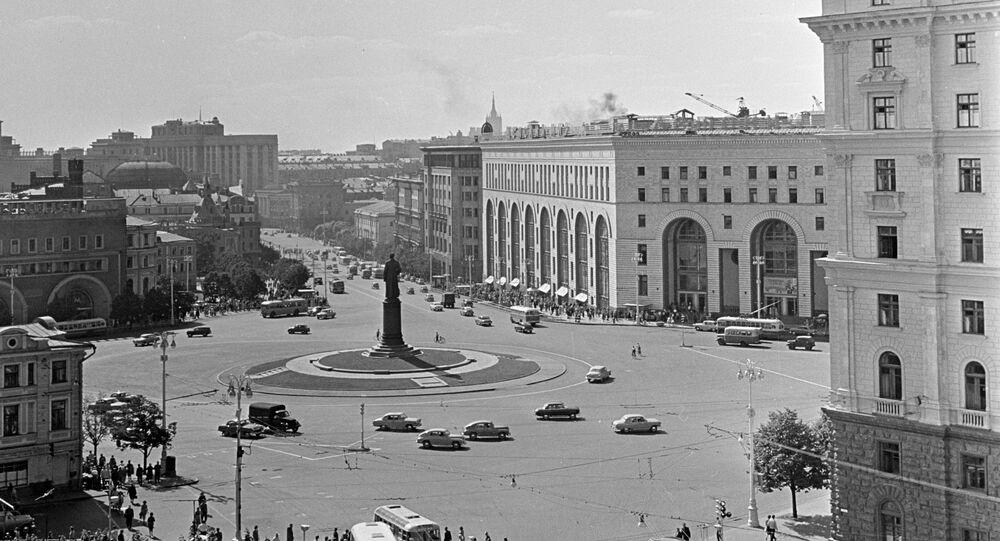 La place Dzerjinski (aujourd'hui Loubianka) et le magasin Detski Mir à Moscou en 1966