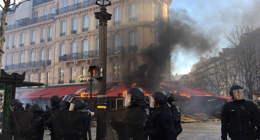 Après la banque incendiée, le Fouquet's en flammes au cours de l'acte 18