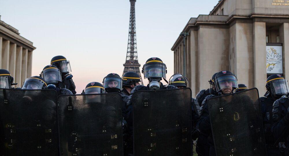 Сотрудники полиции во время акции протеста движения автомобилистов желтые жилеты в Париже.