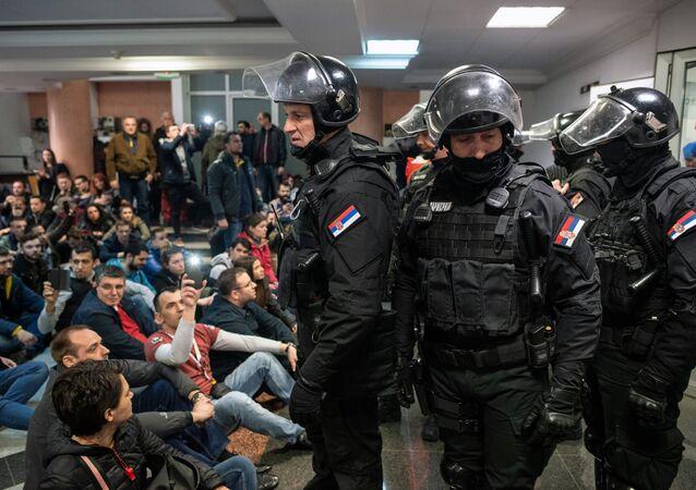 La police expulse des manifestants d'un studio de télévision en Serbie