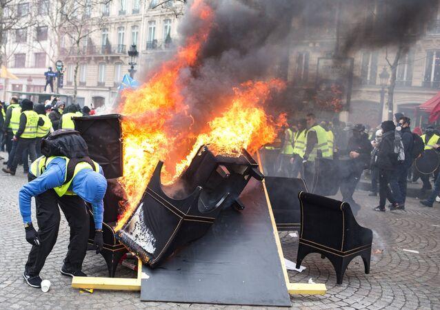 les Gilets jaunes défilent à Paris, le 16 mars 2019