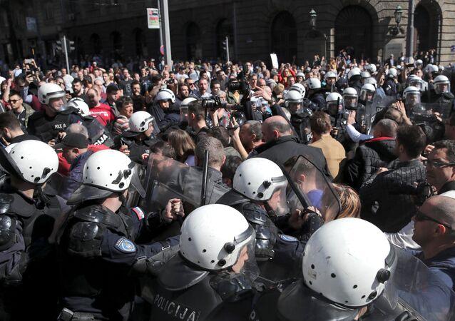 Serbie: des manifestants forcent un cordon policier et entourent la résidence du Président