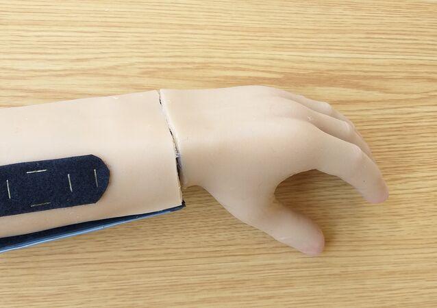Un étudiant syrien a inventé une main électronique fonctionnelle et bon marché