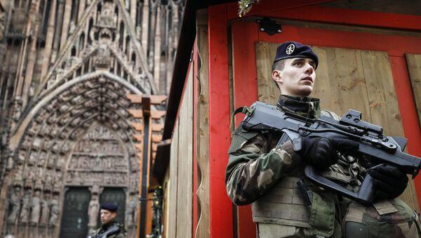 Un soldat français de l'opération Sentinelle devant la cathédrale de Strasbourg, décembre 2018 - Sputnik France