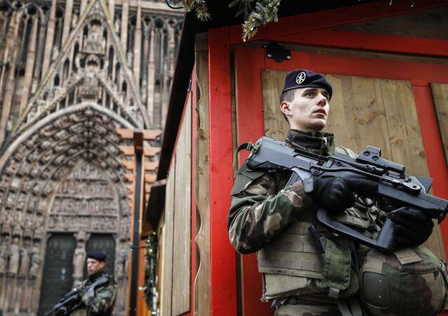 Un soldat français de l'opération Sentinelle devant la cathédrale de Strasbourg, décembre 2018