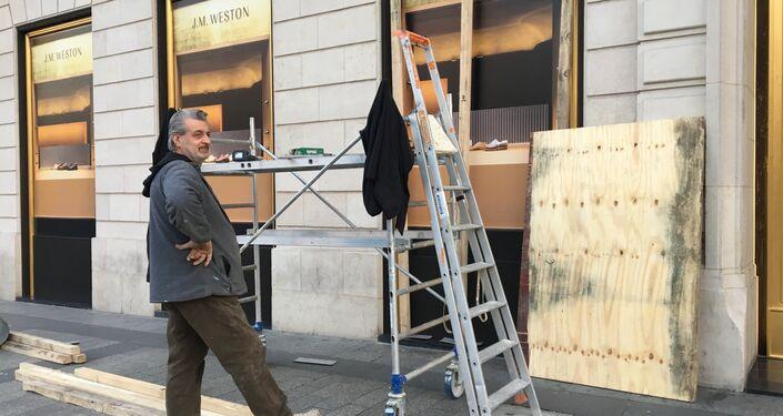 Les Champs-Élysées se préparent pour l'acte 19 des Gilets jaunes