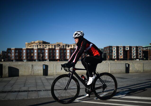 Un homme à vélo