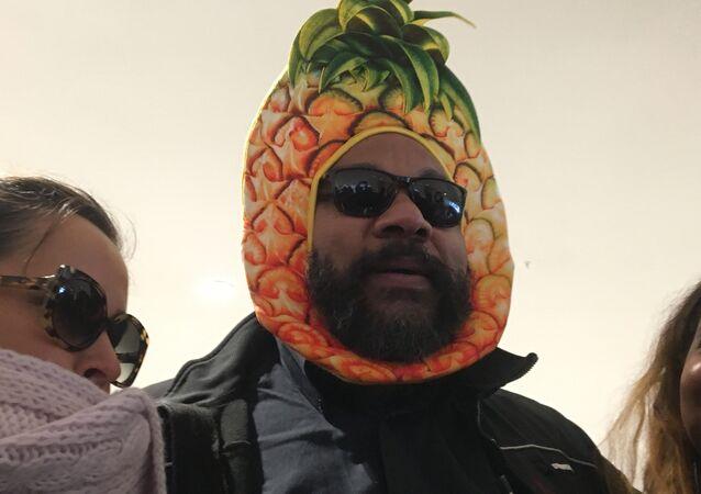 Dieudonné arrive à son procès pour fraude fiscale coiffé d'un chapeau en forme d'ananas
