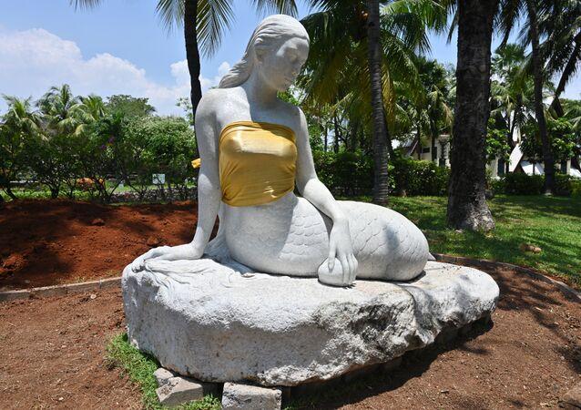 En Indonésie des sculptures de sirènes seins nus rhabillées pour ne gêner personne