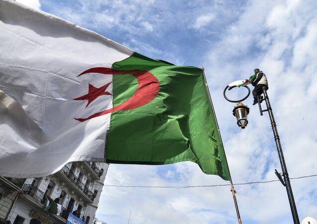 Le drapeau algérien pendant une manifestation le Président Abdelaziz Bouteflika à Alger
