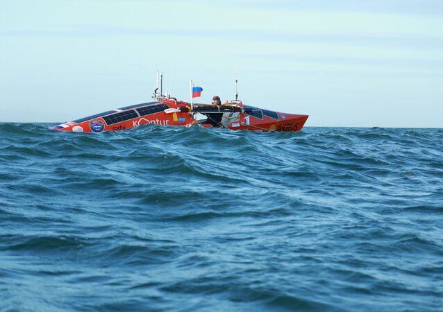 l'aventurier russe Fiodor Konioukhov à bord de son bateau à rame Akros