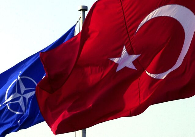 Les drapeaux turc et otanien