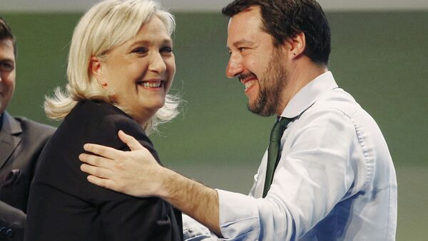 French National Front president Marine Le Pen, left, hugs Italy's Northern League leader Matteo Salvini during the Europe of Nations and Freedom movement meeting in Milan, Italy, Thursday, Jan. 28, 2016 - Sputnik France