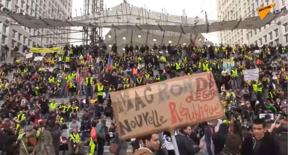 Le cortège des Gilets jaunes à Paris atteint la Défense