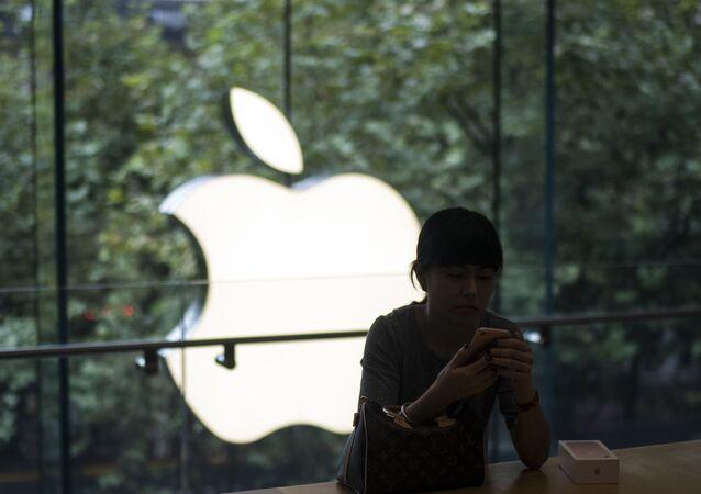 Une femme allume son nouvel iPhone 7 pendant le début des ventes dans un magasin Apple à Shanghai, le 16 septembre