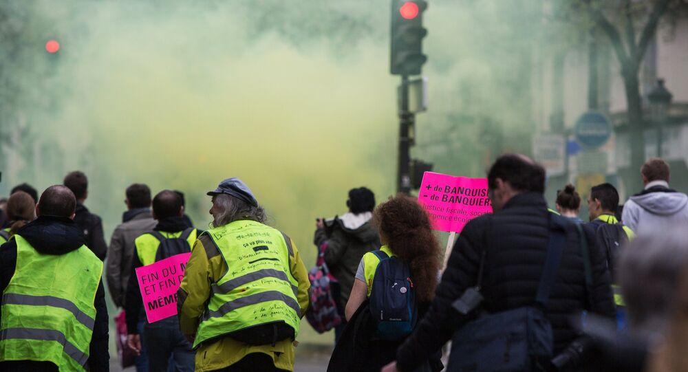 Des gaz lacrymogènes utilisés en abondance lors d'une manifestation des Gilets jaunes