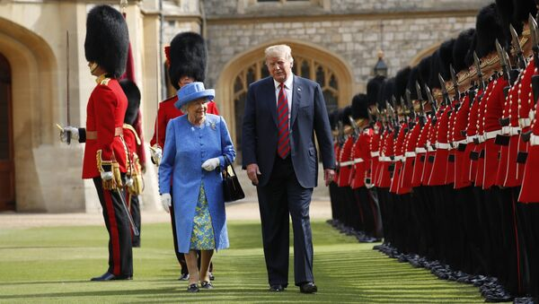 Donald Trump et la reine Elisabeth II passent en revue la garde d'honneur - Sputnik France