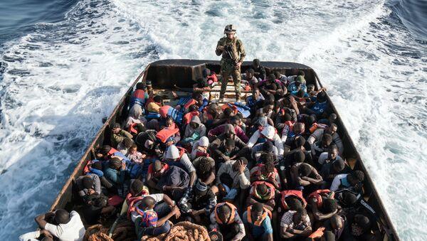 Операция по спасению судна с нелегальными мигрантами, пытающимися достичь побережья Европы - Sputnik France