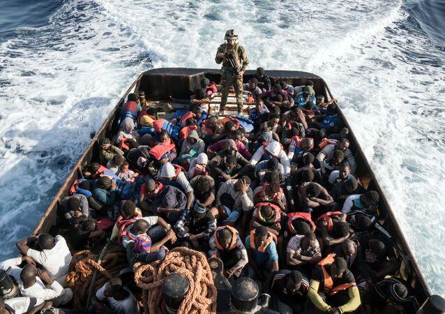 L'opération de sauvetage d'un bateau des migrants illégaux tentant d'atteindre les côtes européennes, le 27 juin 2017