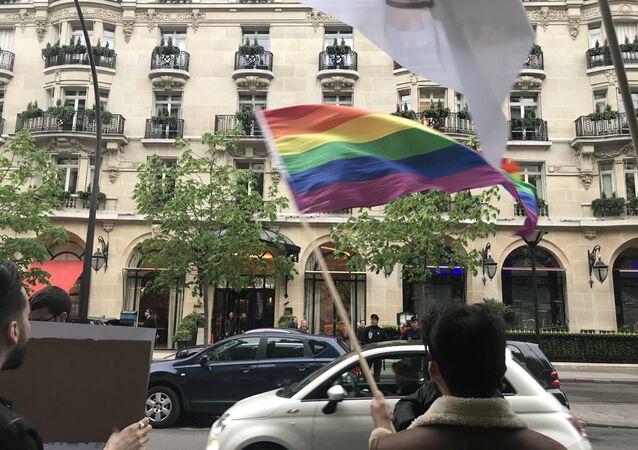 Des associations manifestent devant le Plaza Athénée