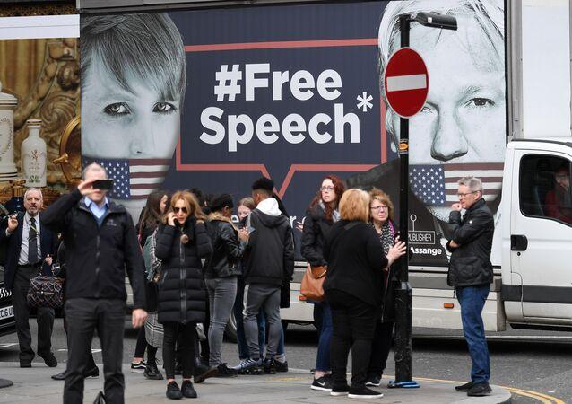 Des supporters de Julian Assange devant l'ambassade équatorienne à Londres, image d'illustration