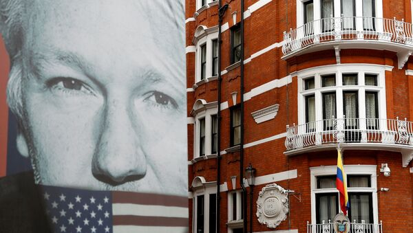 A truck carrying a poster relating to WikiLeaks founder Julian Assange is driven away from the Ecuadorian embassy, where Julian Assange is staying, in London, Britain April 5, 2019 - Sputnik France
