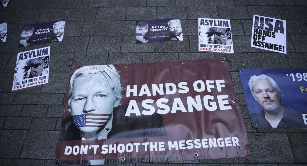 Affiches en soutien de Julian Assange