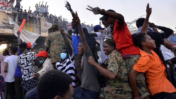 Sudanese demonstrators ride on a military truck as they chant slogans during a protest rally demanding Sudanese President Omar Al-Bashir to step down, outside Defence Ministry in Khartoum, Sudan April 9, 2019 - Sputnik France
