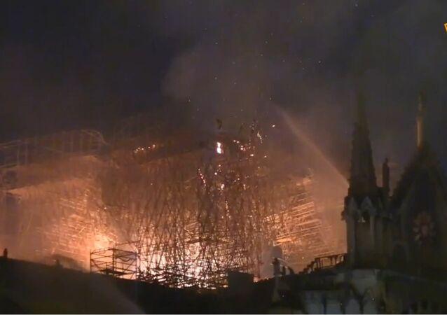 La cathédrale de Notre-Dame de Paris en proie aux flammes