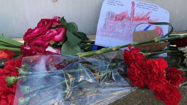 Des Moscovites affluent vers l'ambassade de France pour déposer des fleurs en signe de soutien aux Parisiens - Sputnik France