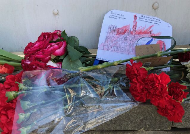Des Moscovites affluent vers l'ambassade de France pour déposer des fleurs en signe de soutien aux Parisiens