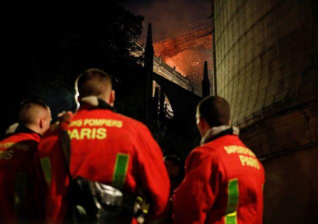 Des pompiers sur le lieu de l'incendie de Notre-Dame