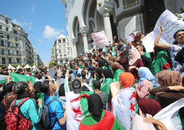 Des étudiants prennent part à une manifestation en Algérie
