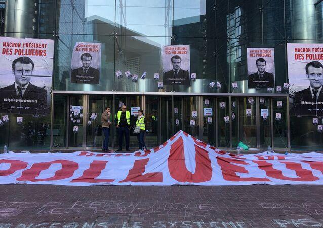 Un rassemblement contre les politiques du gouvernement en matière d'écologie, près de la Société générale, le 19 avril 2019
