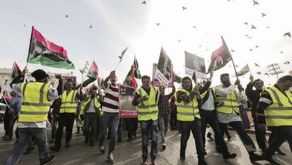 Des manifestants portent des gilets jaunes lors d'une manifestation à Tripoli - Sputnik France