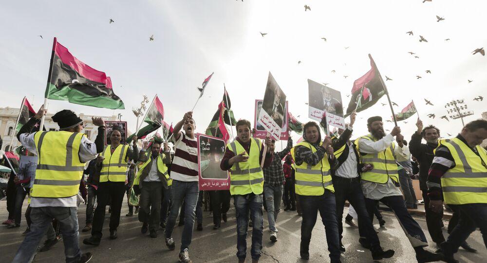 Des manifestants portent des gilets jaunes lors d'une manifestation à Tripoli