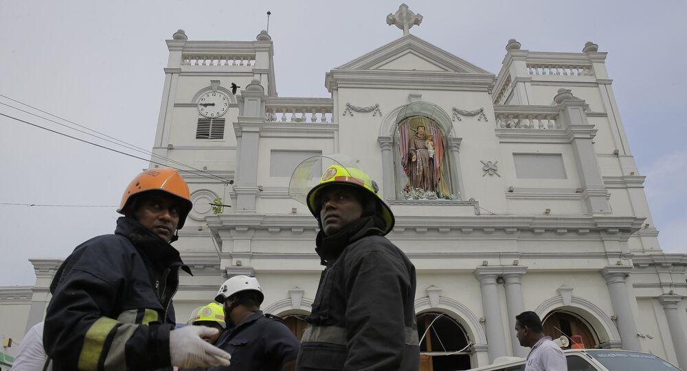 Des pompiers après une explosion à Colombo