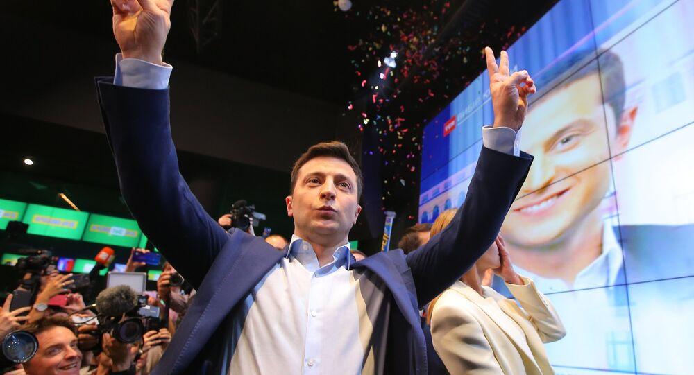 Le candidat à la présidentielle ukrainienne Volodymyr Zelensky apprend les premiers résultats partiels du second tour