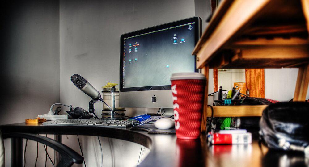 Un microphone et un ordinateur (image d'illustration)