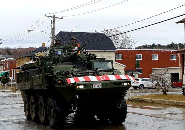 Un char d'assaut de l'armée canadienne dans les rues de Sainte-Marie, au Québec.