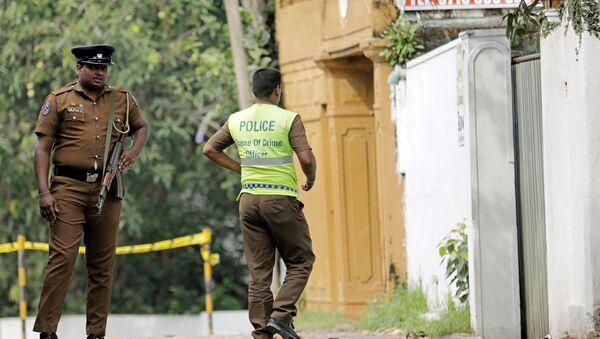 Un policier sri-lankais entre dans le motel où le kamikaze a fait exploser son engin le 21 avril - Sputnik France