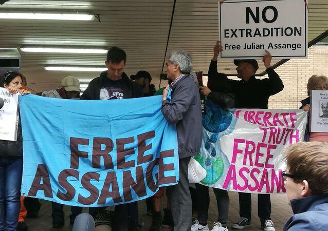 Des soutiens de Julian Assange se sont réunis face au tribunal de Southwark à Londres