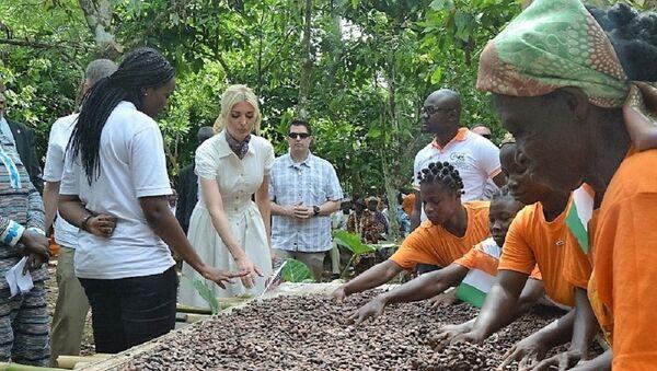 Ivanka Trump avec des cultivatrices dans un champ de cacao à Adzopé, Côte d'Ivoire - Sputnik France