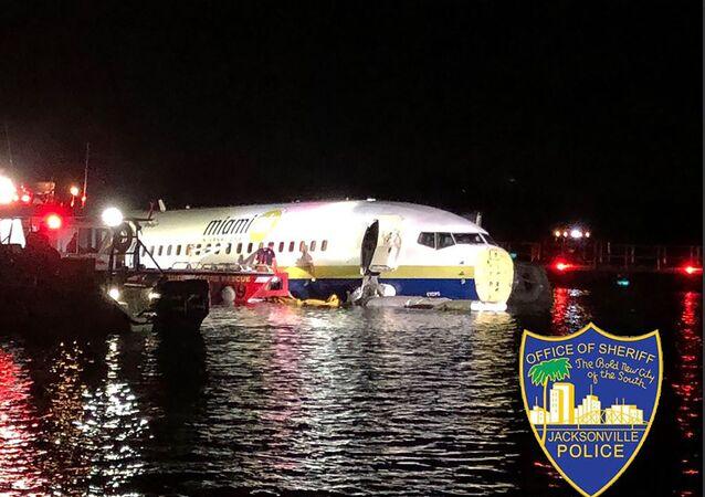 Un Boeing 737 fait une sortie de piste et termine sa course dans un fleuve en Floride