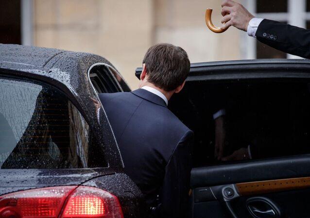 Emmanuel Macron s'assoit dans une voiture