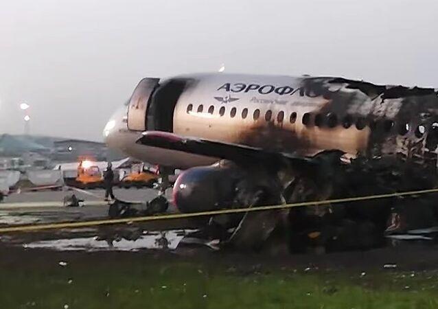 L'avion Sukhoï Superjet 100 qui a pris feu lors de l'atterrissage d'urgence dans l'aéroport de Chérémétiévo