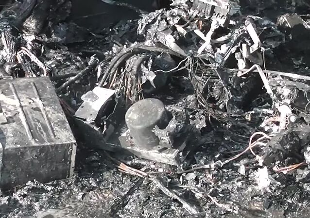 L'avion Sukhoi SuperJet 100 après son atterrissage d'urgence à l'aéroport Cheremetievo de Moscou