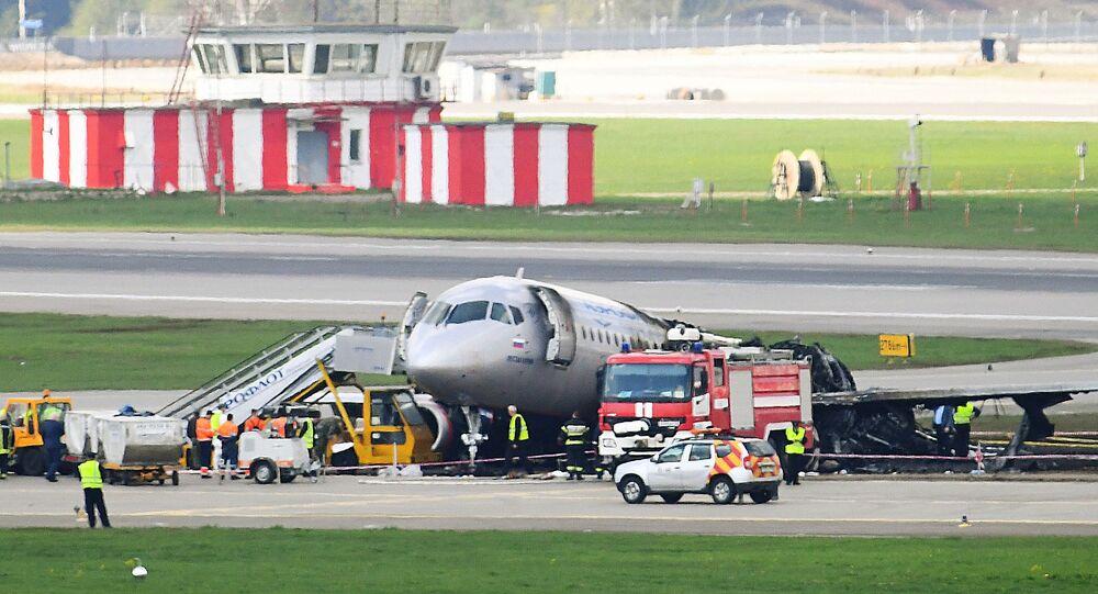 Le Superjet sur la piste de l'aéroport